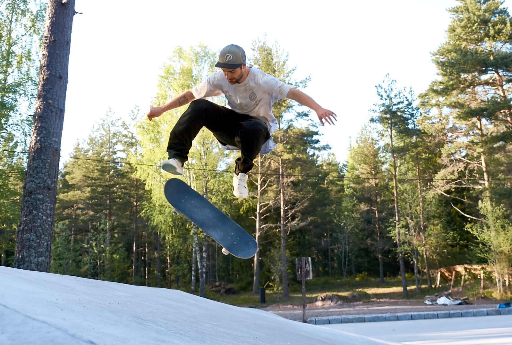 Skateboardåkare gör trick i parkens streetdelen